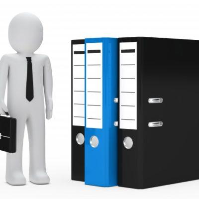 trabajador-con-archivadores-de-diferentes-colores_1156-310